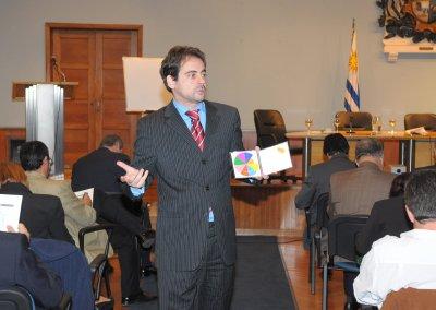 Pedro Amador con la Rueda de la Vida